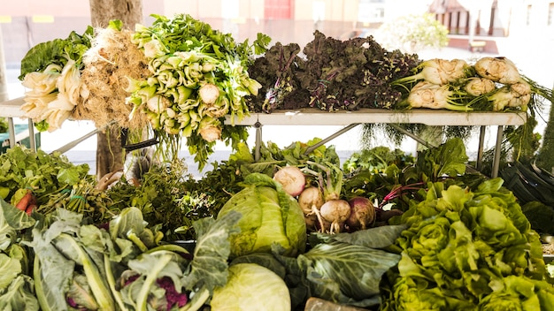 農民市場でのあらゆる種類の健康野菜