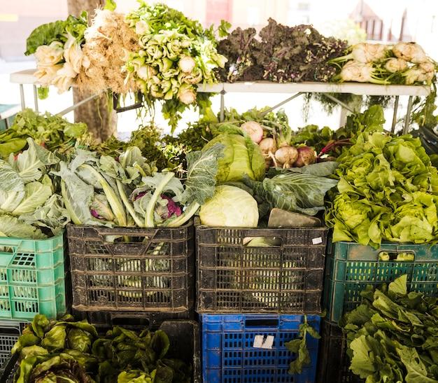 新鮮な野菜を食料品店でプラスチック製の箱に詰めた