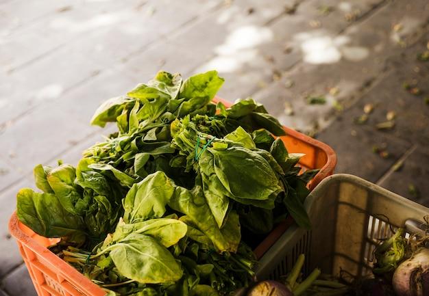 スーパーマーケットで木枠に野菜の葉の上から見る