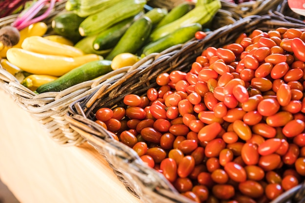 赤の新鮮なトマトと野菜ズッキーニの有機ズッキーニ