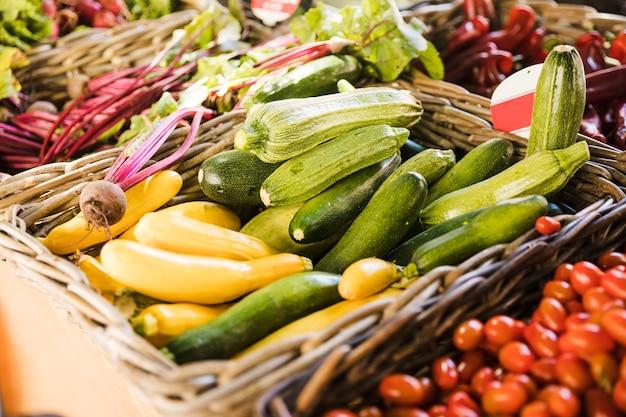 市場のカウンターで新鮮な野菜の選択