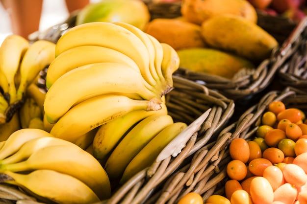 ストリートマーケットで新鮮な健康的なバナナ