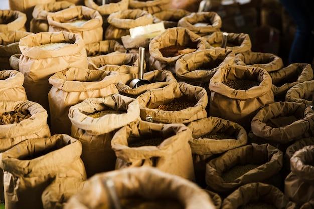 食料品店の市場でバッグに様々な穀物