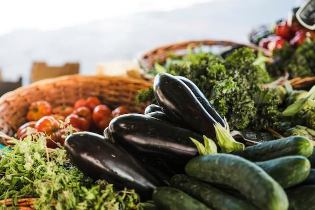 農民市場での新鮮で有機野菜