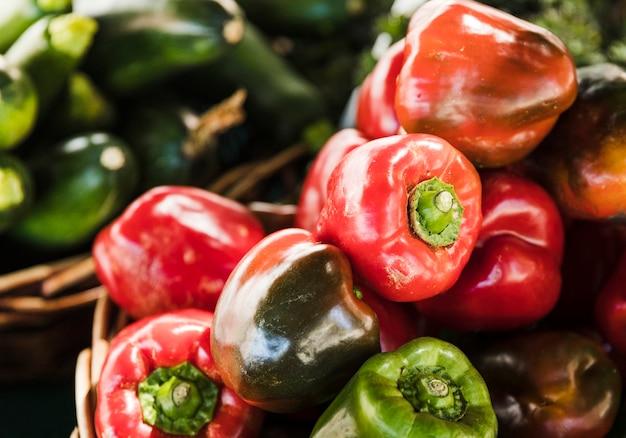 野菜市場での販売のための赤と緑のピーマン