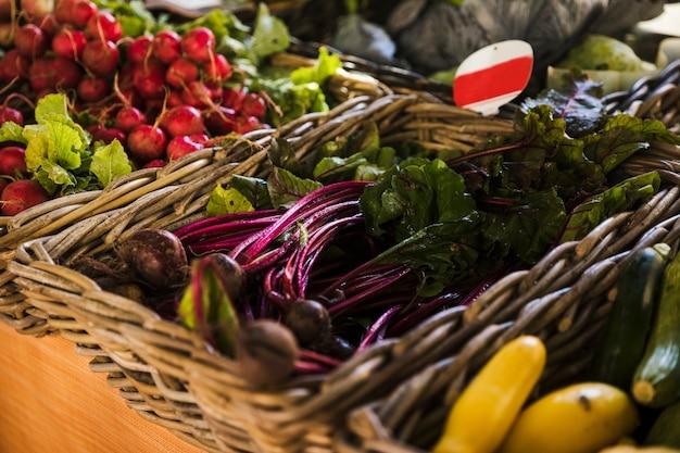 Расположение плетеных свежих овощей на рынке продуктового магазина