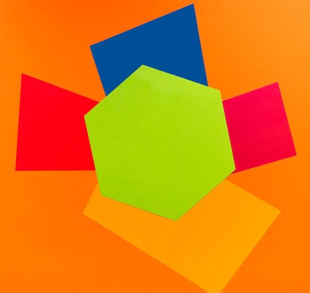 Геометрические фигуры на оранжевом фоне