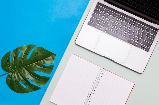 ノートパソコンと机の上のメモ