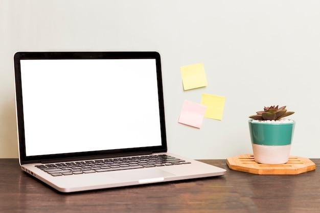 空白の画面を持つ作業スペースノートパソコン