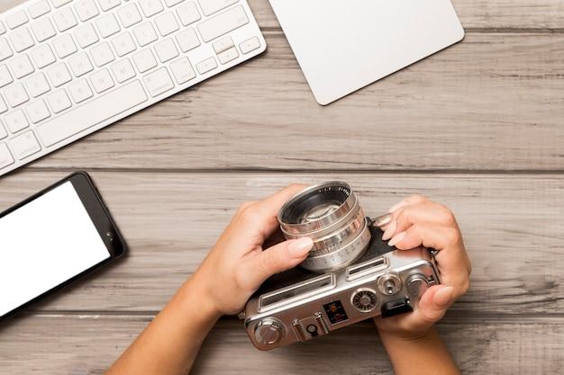 写真カメラを保持している上から作物の手