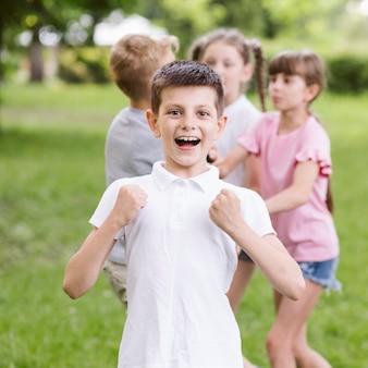 ミディアムショット、カメラに笑顔の小さな男の子