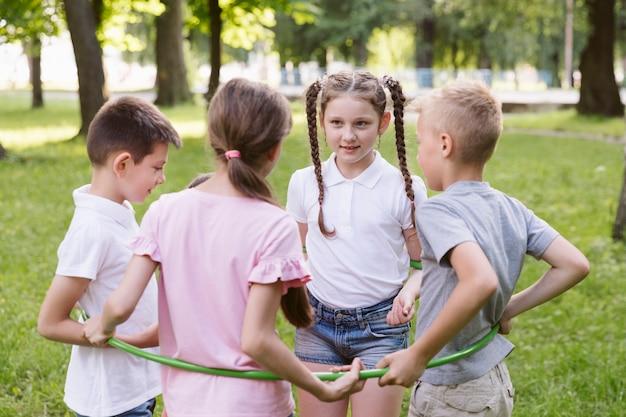 男の子と女の子がフラフープで遊んで