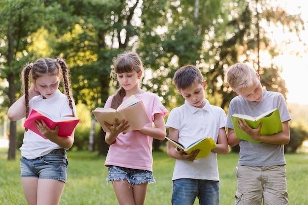 本を一緒に読んでいる子供たち
