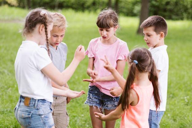 石はさみ紙を遊んでいる子供たち