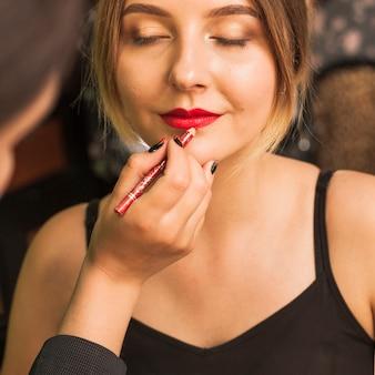 プロの女性が女の子の唇を作る