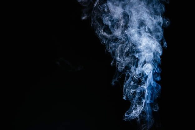 黒の背景に青い波状の煙