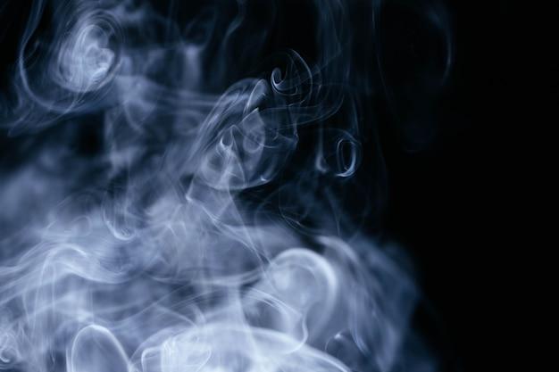 黒い背景に青い煙波