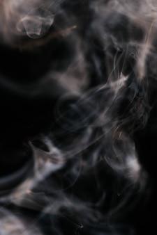 Коричневый волнистый дым на черном фоне
