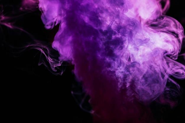 黒の背景に紫の波状煙