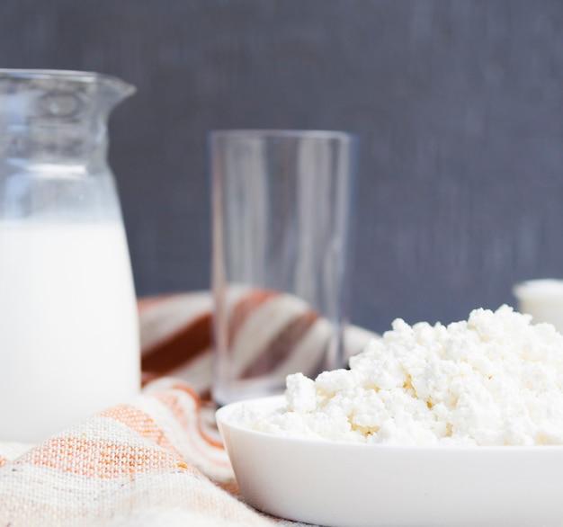 牛乳とカッテージチーズの瓶