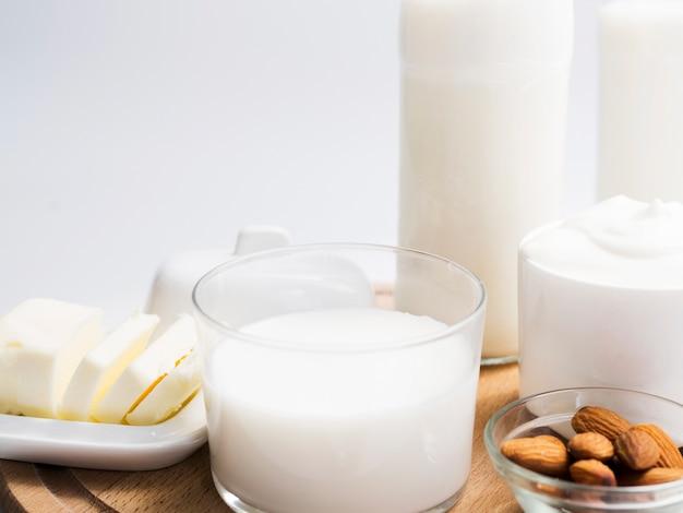 Молочные продукты на подносе