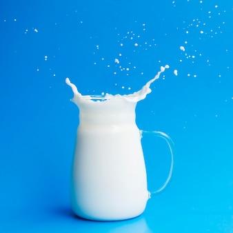 Стеклянная банка, полная молока