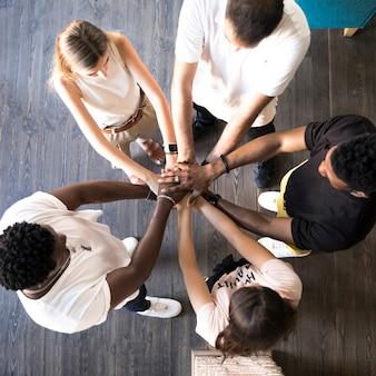 手を繋いでいる友人の平面図グループ