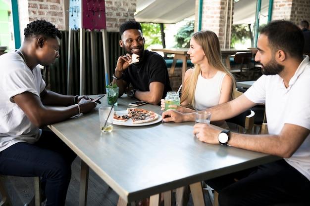 テーブルで議論する人々のグループ