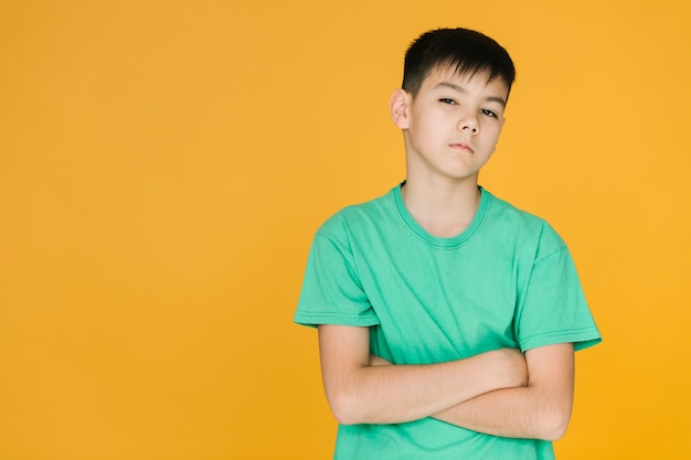 Мальчик вид спереди серьезный