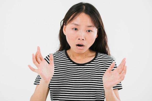 Молодая женщина, глядя в шоке