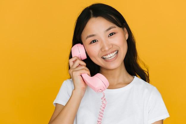 Макро молодая женщина разговаривает по телефону
