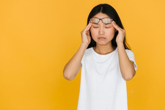 ミディアムショット、頭痛を持つ若い女性