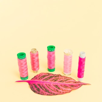 Катушки из розовой пряжи с листиком