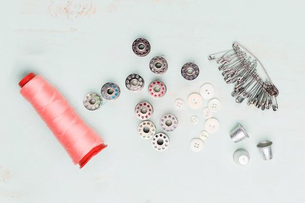 Вид сверху швейных инструментов плоской планировки