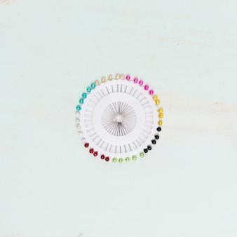 カラフルな針と白いピンボックス