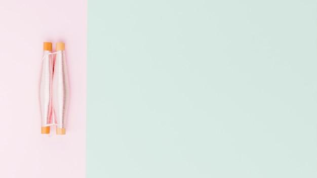 Вид сверху катушек пряжи в пастельном цвете