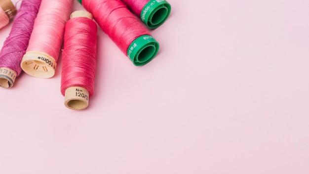ピンク糸のリールのグループ