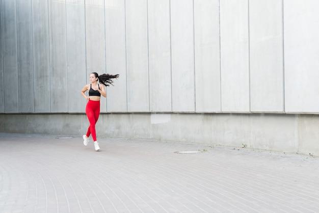 Молодая женщина работает на улице