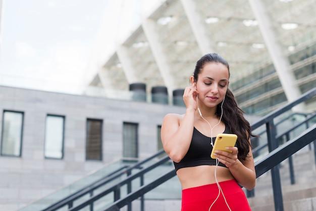 スマートフォンを持つ若い選手女性