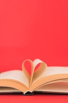 Книга с ее страницами, формирующимися как сердце