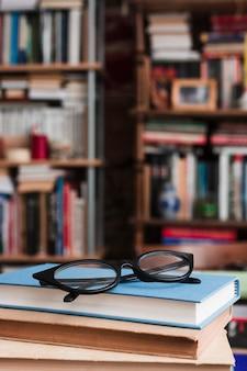 本の山の上のメガネ