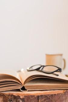 古い開いた本のメガネ