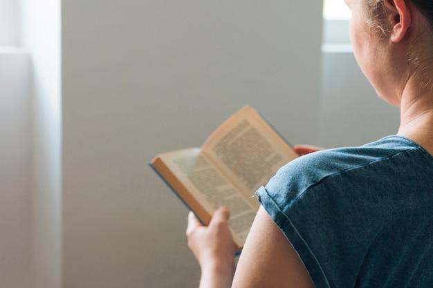 家で本を読む女