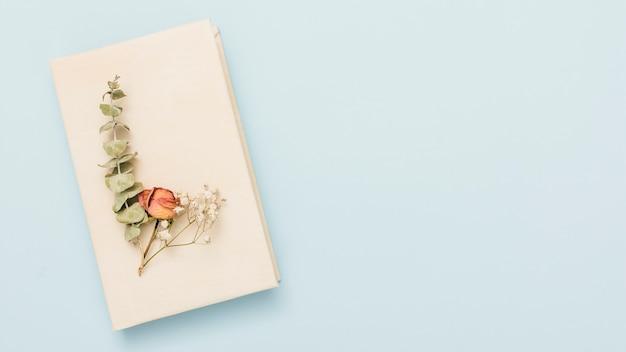花とハードカバーの開いた本