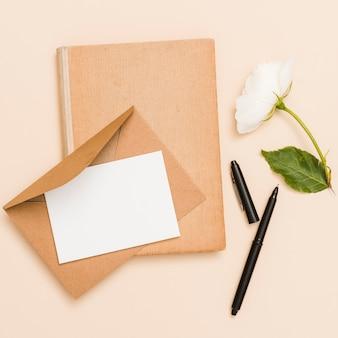 封筒、花、本のトップビュー