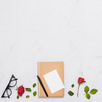 Вид сверху книги и цветов