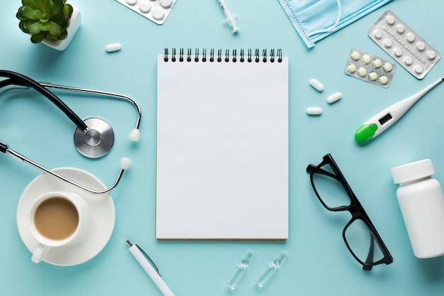 机の上の医療用アクセサリーの立面図