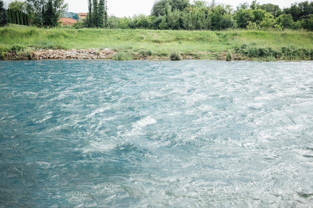 農地の川のロングショット