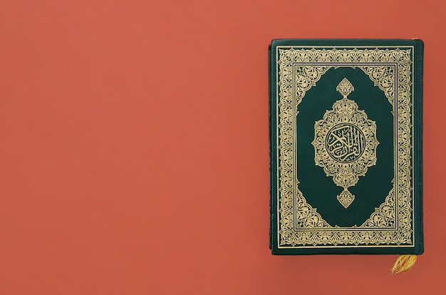 Коран на простом бордовом фоне