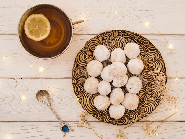 Плоский чай и настар на деревянной столешнице